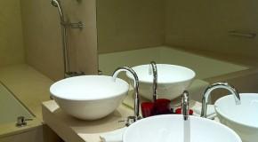 Une salle de bain inutilisable après des dégâts des eaux